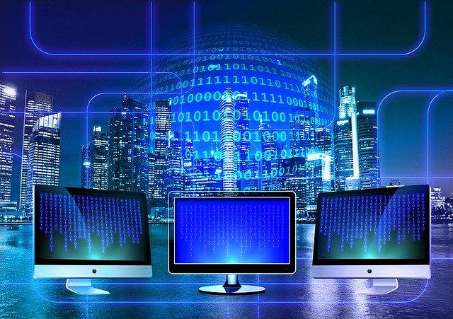 Komputery symbolizujące wymagania programu